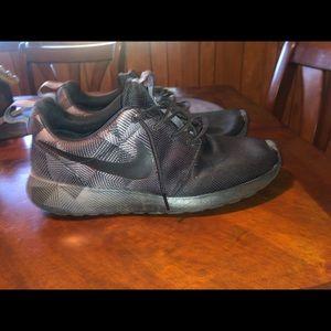 Nike Shoes - Men's roshe run